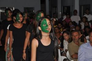 Educação para o meio ambiente. Alunos apresentam jogral sobre o conflito entre eucaliptos e preservação. Escola Municipal João Batista Figueiredo. Barra do Choça.
