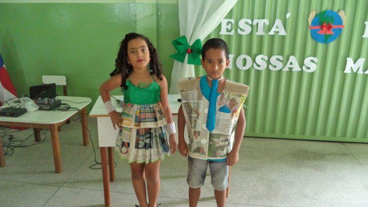 Aluna Emily e colega, como mestres de cerimônias no lançamento do jornal Eco Kids.